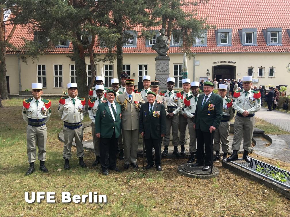 """Photo souvenir après la célébration du 11 novembre 2018 avec les """"anciens"""" de Berlin - Photo © Joël-François Dumont"""