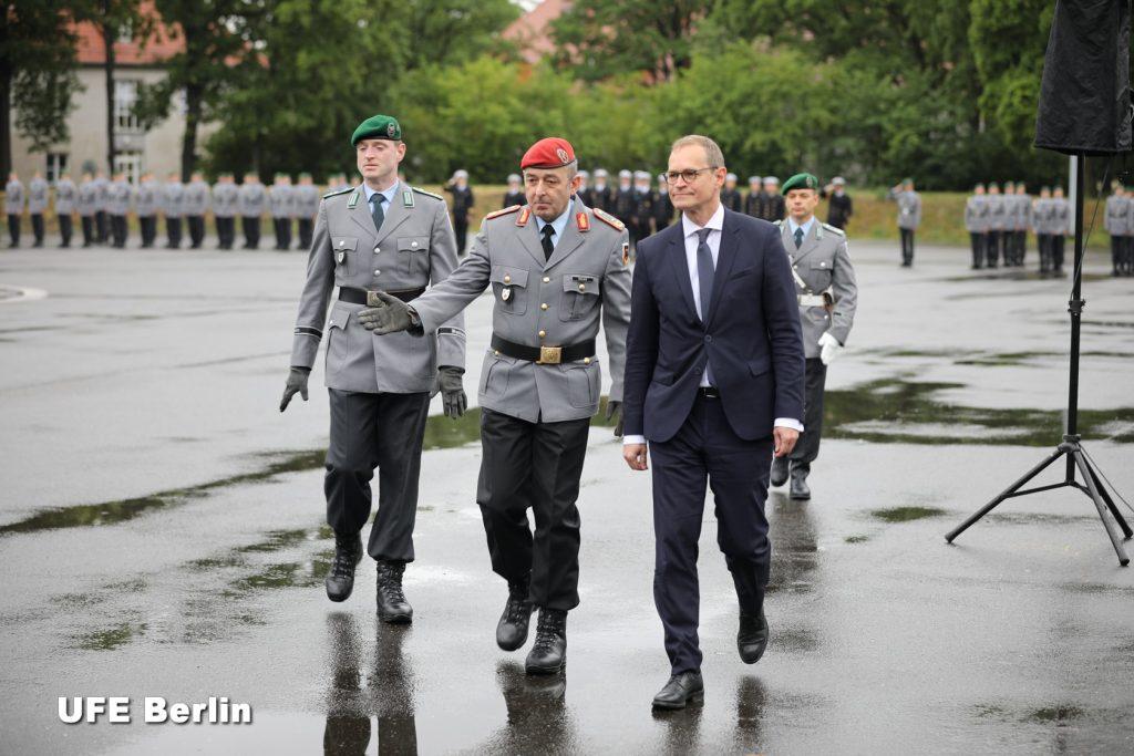 Le général Breuer présente le Wachbataillon de la Bundeswehr au maire-régnant de Berlin, Michael Müller - Photo © Joël-François Dumont