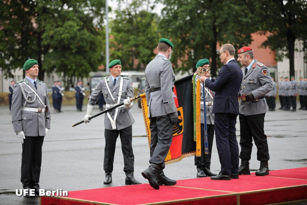 Der Regierende Bürgemesiter,Le bourgmestre régnant de Berlin, Michael Müller, décore le drapeau du Wachregiment - Foto © JFD