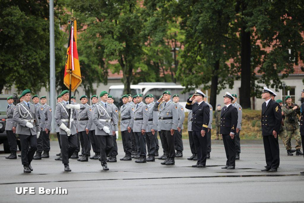 Le drapeau du Wachregiment de la Bundeswehr est présenté aux troupes - Photo © Joël-François Dumont