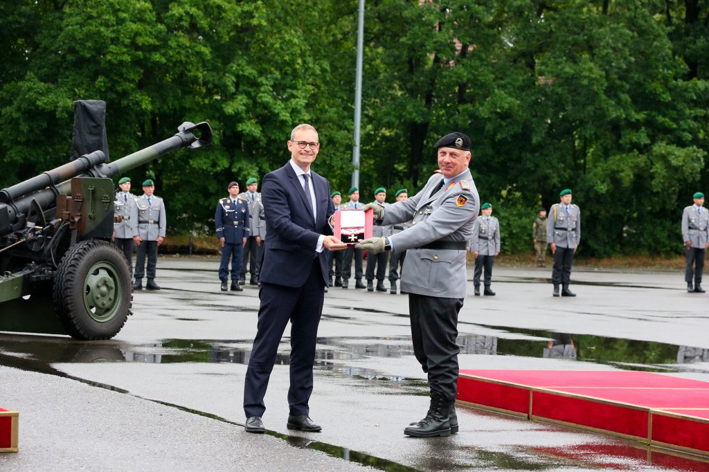 Le bourgmestre régnant de Berlin, Michael Müller, décore le général Andreas Henne - Photo Akbar © Bundeswehr